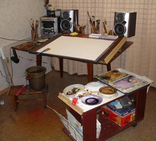 Рабочий стол в домашней мастерской художника
