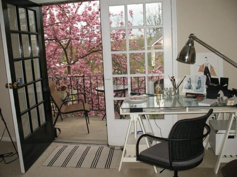 Рабочий стол в домашнем кабинете дизайнера одежды