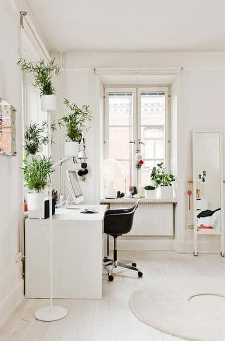 Белый стол для домашнего кабинета