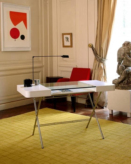 Рабочий стол из стекла для домашнего офиса