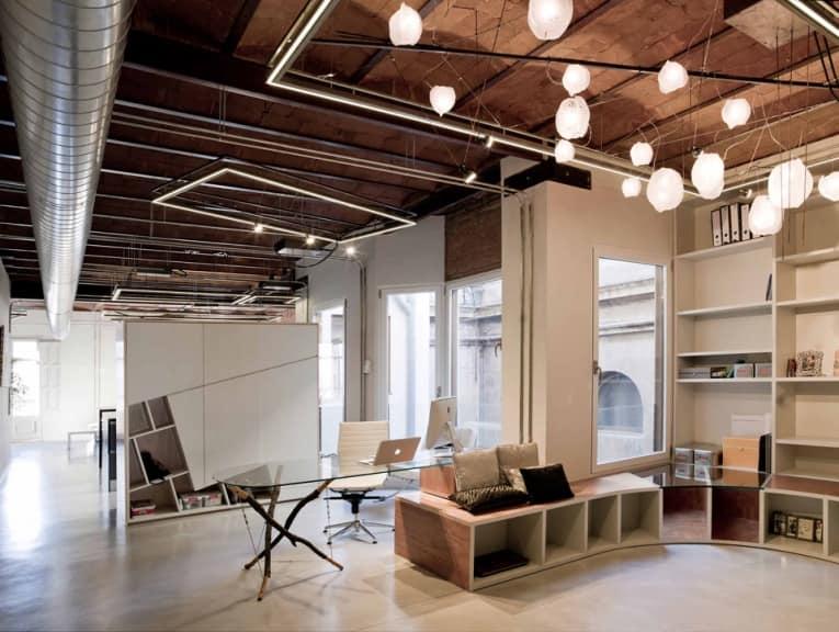 В помещениях оформленных под индустриальный стиль света достаточно много
