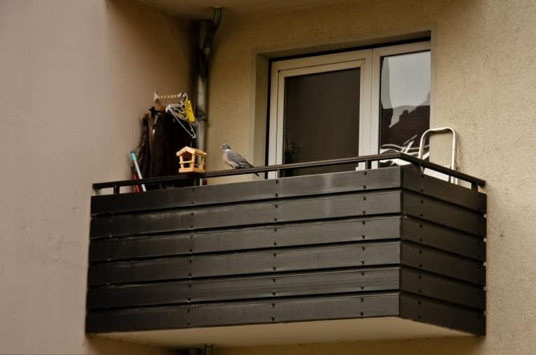 Если балкон не остеклен, то проблема с одной стороны упрощается