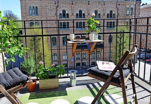 На не застекленных балконах и лоджиях можно воспользоваться складной мебелью