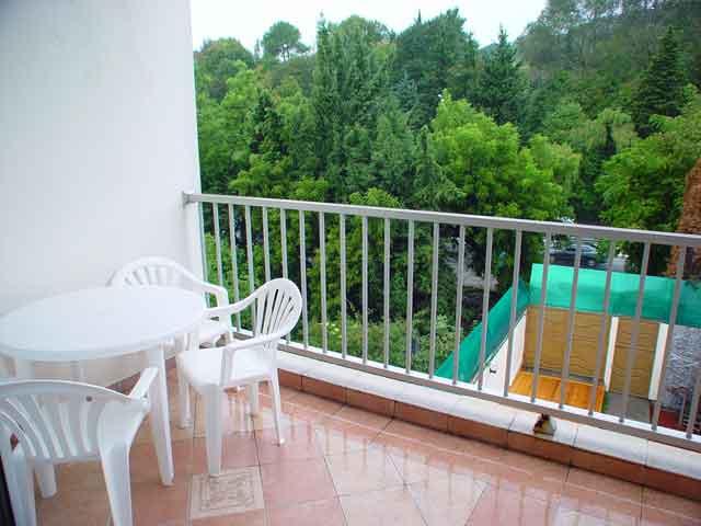 Очень часто на открытых не застекленных балконах используют пластиковую мебель