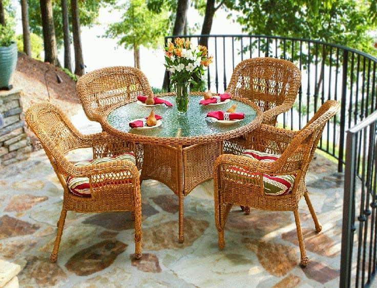 Кроме пластиковой на балконе и лоджии могут быть использована мебель и из других материалов