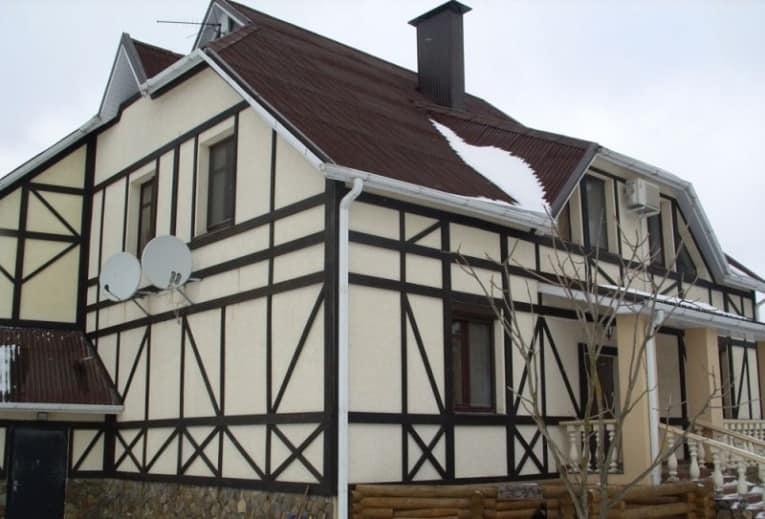 Основа такого дома прочный каркас из клееного бруса
