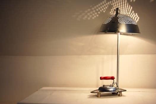 Винтажная лампа из дуршлага и кухонной утвари