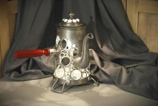 Винтажный кружевной светильник из старого чайники - фото