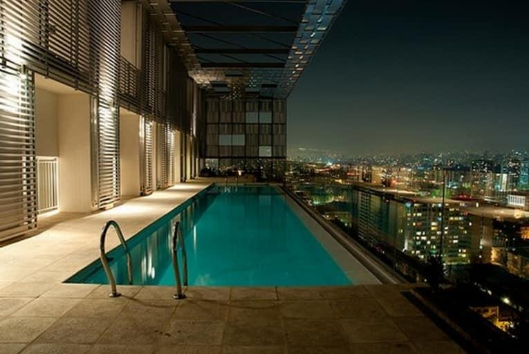 Несмотря на дороговизну обслуживания балконы-бассейны появляются даже в городских квартирах