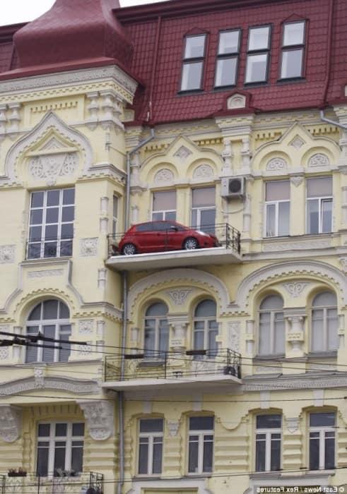 Наверное создатель балкона с функцией гаража жил в Одессе
