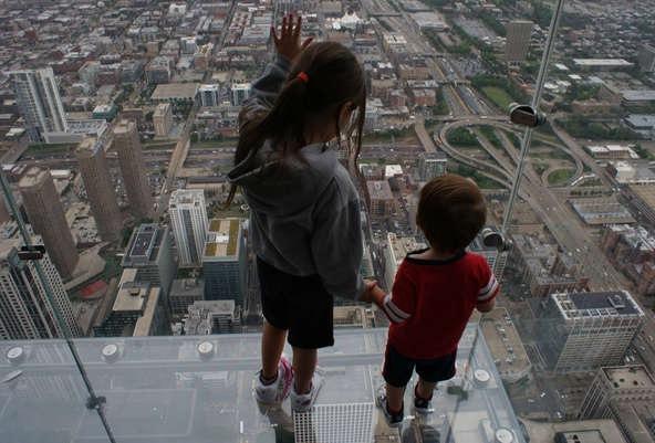 На прозрачный балкон не стоит выходить людям с плохим вестибюлярным аппаратом