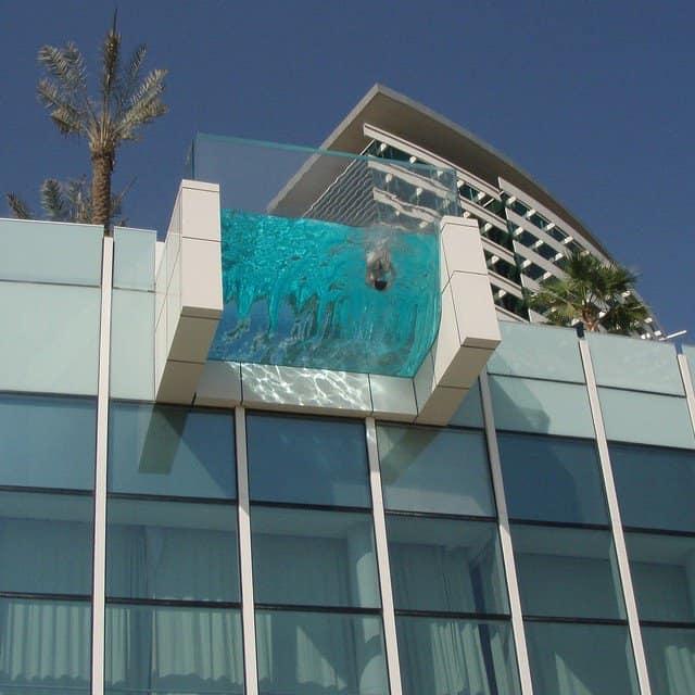 Такой балкон весьма затратный по материалам и обслуживанию
