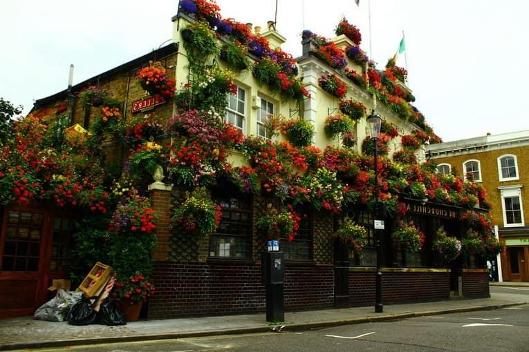 Архитектура и цветущий фасад лондонского паба
