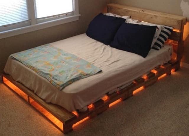 Из паллетов можно сделать уютную кровать для загородного домика