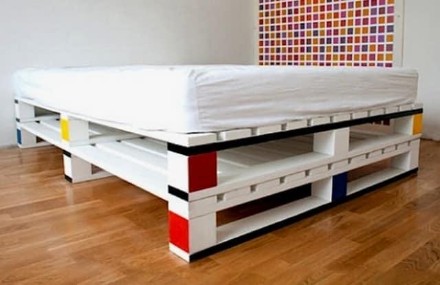 Высоту кровати можно увеличить высоким матрасом или дополнительным рядом поддонов