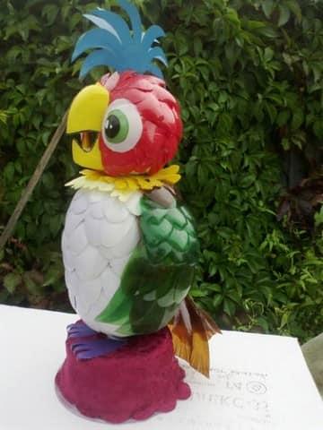 Из пластиковых бутылок своими руками попугай