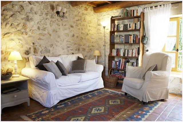 Вариант отделки стен натуральным камнем светлых оттенков в стиле прованс
