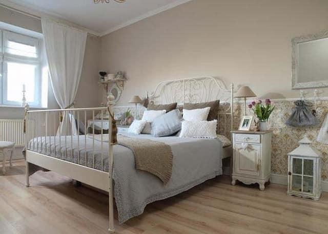 Деревянная и кованая мебель как основные составляющие интерьера в стиле прованс