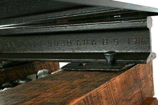 Серийный номер на рельсе, из которого сделана эта мебель