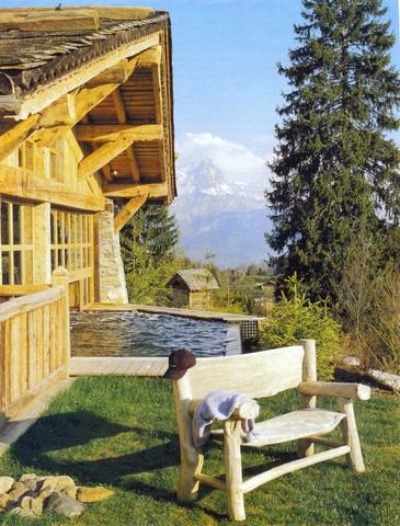 Широкий выступ крыши защищает деревянные стены от осадков