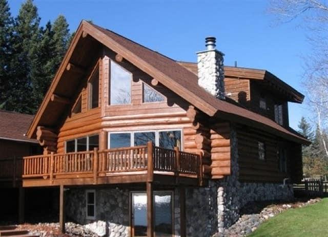 Дом в стиле шале имеет большие балконы, просторную веранду и панорамные окна