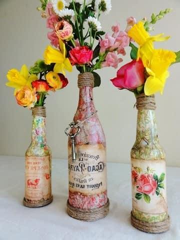 Красивые вазы из стеклянных бутылок, декорированные гофрированной бумагой
