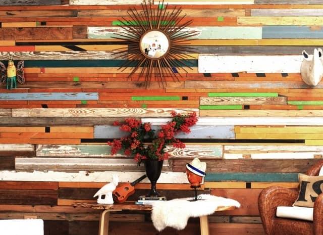 Деревянная стена как основной акцент в интерьере