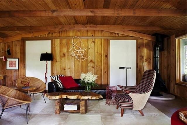 Деревянная стена в интерьере в стиле шале