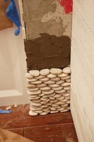 Процесс облицовки стен посредством морской гальки