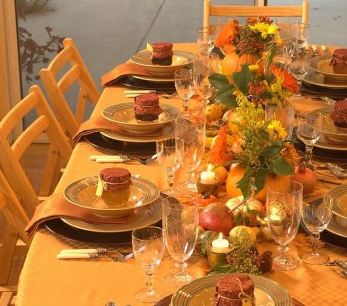 Осенний декор праздничного стола: скатерть и салфетки