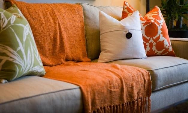 Подушки и пушистые пледы в осеннем декоре гостиной