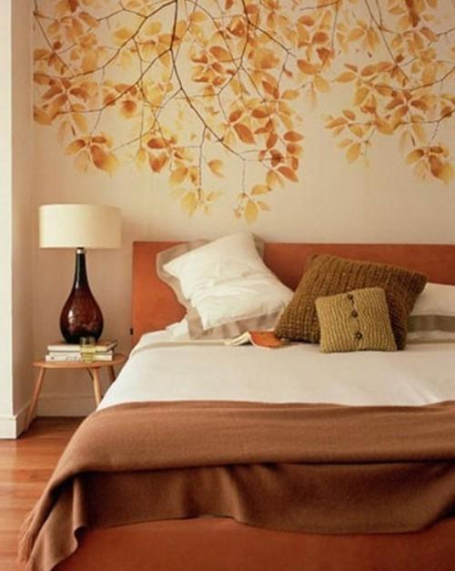 Узор из осенних листьев на стене в спальне