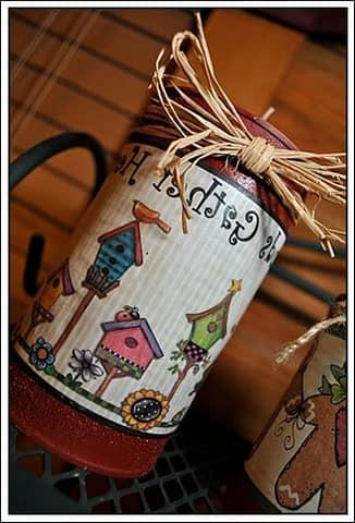 Декорированные жестяные банки могут использоваться для хранения круп на кухне и при этом украшать интерьер