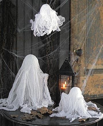 Привидения и паутина - мрачный декор дома