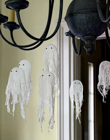 Маленькие привидения на люстре