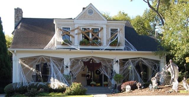 Украшаем фасад дома к Хэллоуину