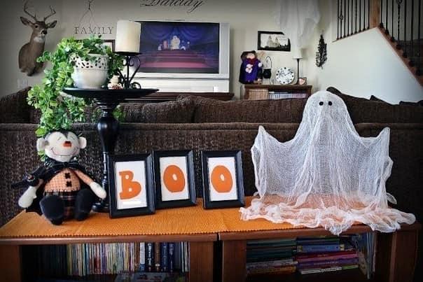 Привидение из марли в гостиной на Хэллоуин