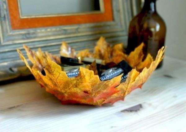 Осенние поделки: тарелка из кленовых листьев