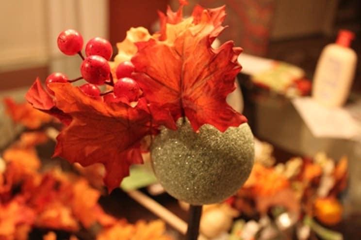 Простой топиарий из кленовых листьев