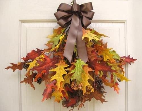 Делаем подвеску над дверью из кленовых листьев