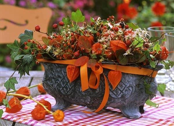 Физалес и ягоды в осеннем декоре