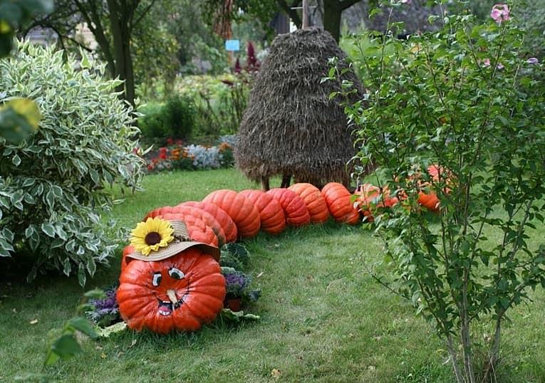 Позитивная гусеница из тыкв для украшения сада