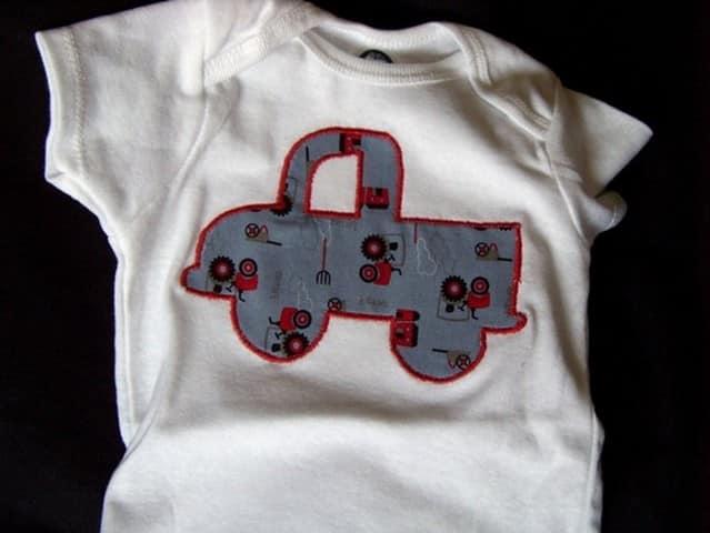 Заплатка на детской одежде в виде лоскутной аппликации