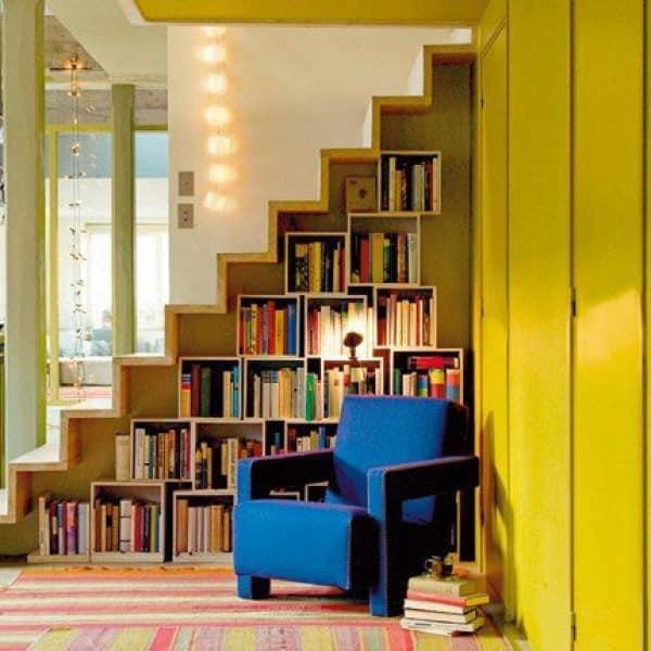 Домашняя библиотека под лестницей
