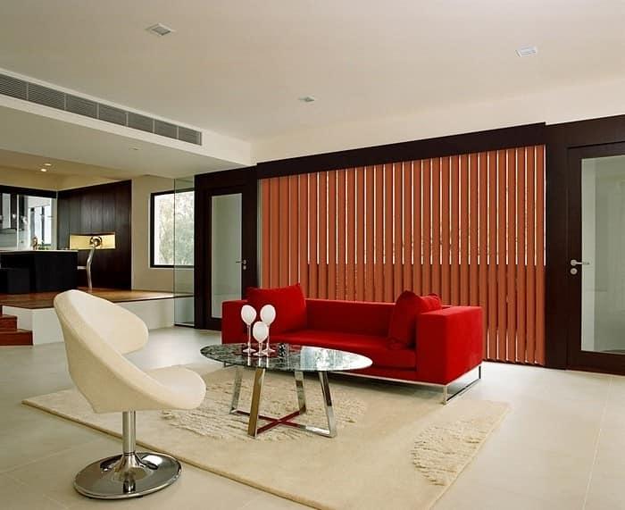 Вертикальные деревянные жалюзи в интерьере