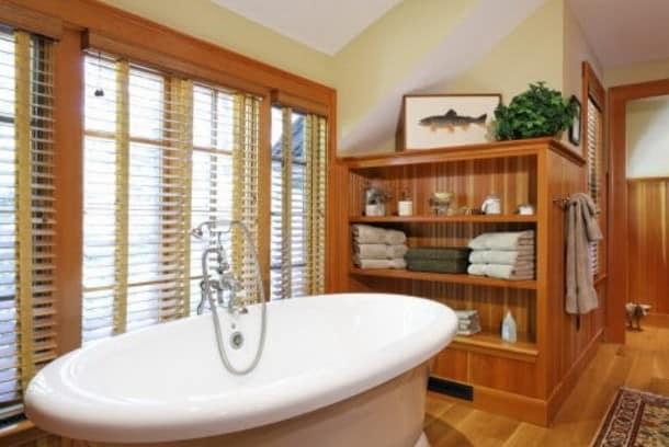 Деревянные жалюзи в ванной комнате