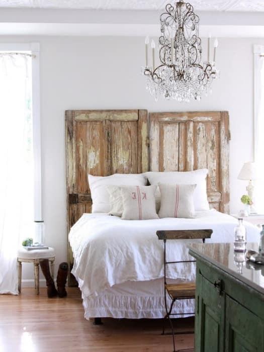 Изголовье кровати из старых дверей