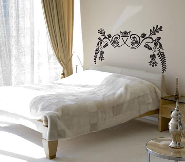 Изголовье кровати декорированное стикерами