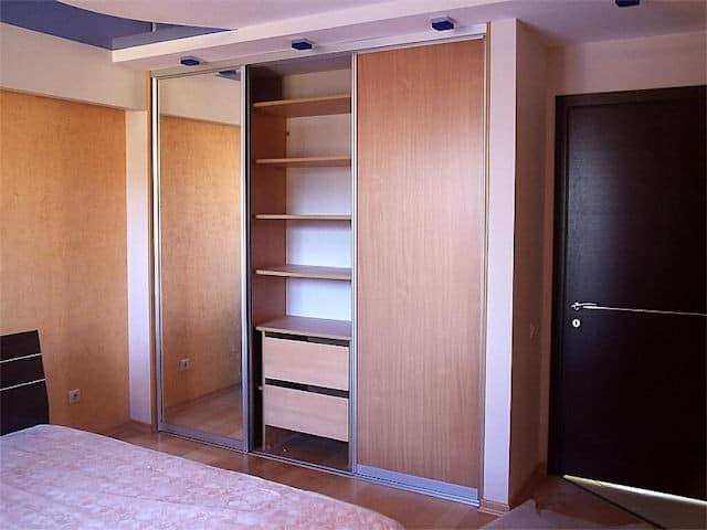 Шкаф, расположенный в нише, в прихожую