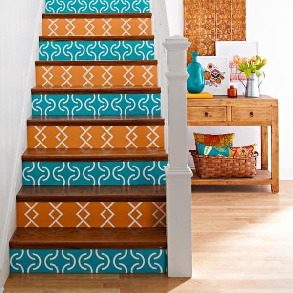 Орнамент, нанесенный на ступеньки лестницы при помощи трафарета